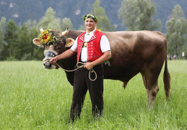 Nick Alpiger mit dem Siegermuni des Innerschweizer Schwingfestes.