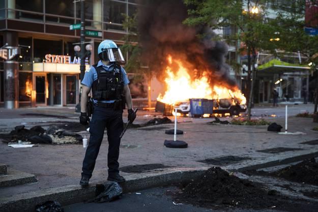 Ein Wagen der Chicago Police steht in Flammen.