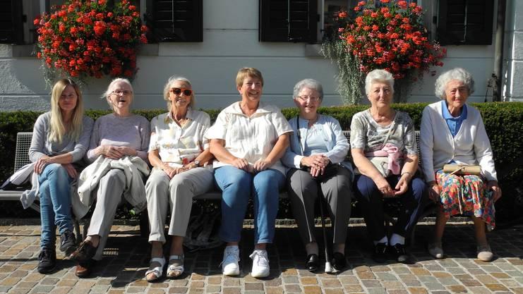 Eine Gruppe von Rentnerinnen vor der Stadtbibliothek Dietikon.