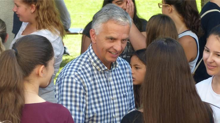 Didier Burkhalter im Gespräch mit Zofinger Schülerinnen.