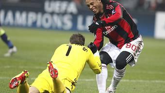 Ronaldinho reicht Ajax-Goalie Maarten Stekelenburg die Hand
