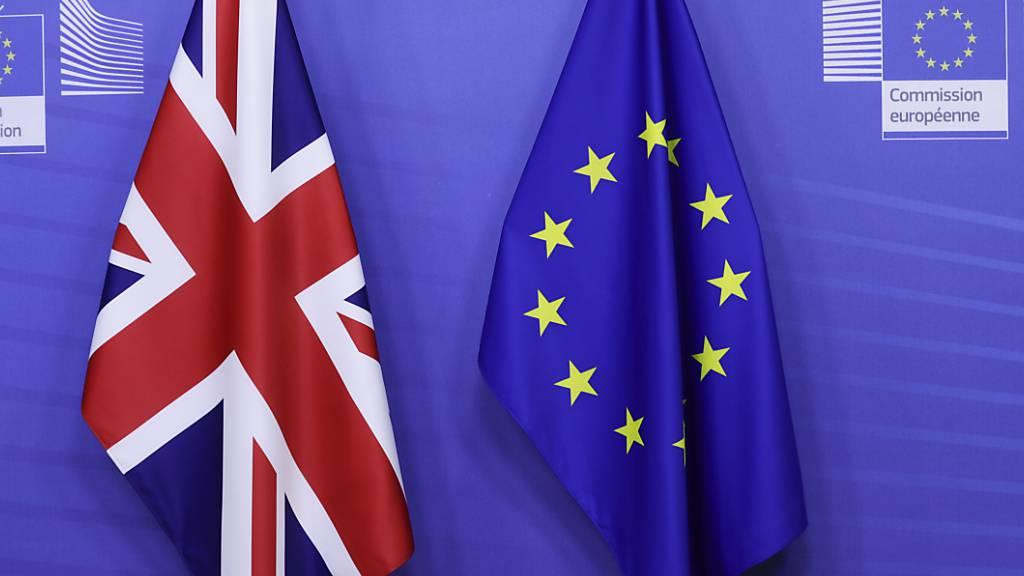 Eine britische und eine europäische Fahne stehen am VIP-Eingang im Hauptsitz der Europäischen Kommission in Brüssel.
