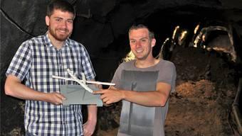 Kevin Bucheli (l.) und Simon Deiss präsentieren im Bergwerkstollen ihr 3-D-Modell. Geri Hirt