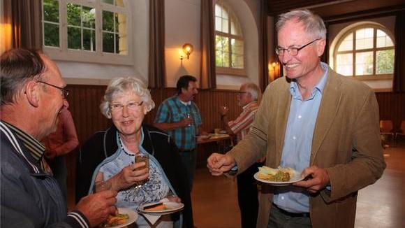 Martin Klöti im Gespräch mit einem Ehepaar nach dem Informationsanlass bei «Anstiftung zur Nachbarschaft».