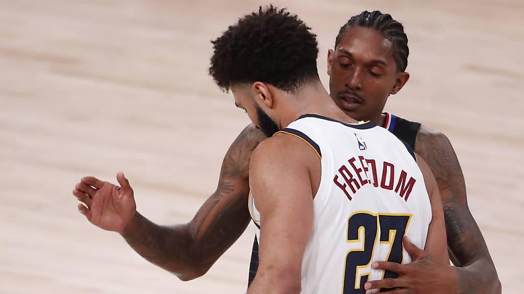 Der eine Star geht, der andere bleibt: Kawhi Leonard (hinten) von den Los Angeles Clippers gratuliert Denvers Topskorer Jamal Murray zum Halbfinaleinzug