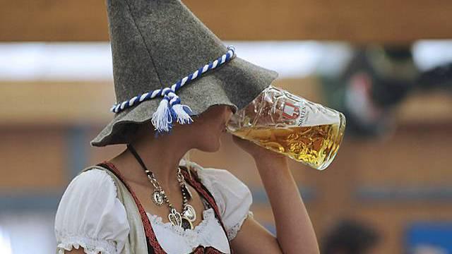 Junge Oktoberfestbesucherin am Biertrinken