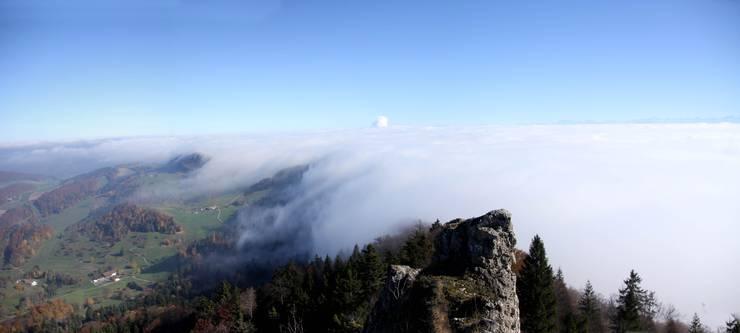 Über den Jura zieht die Nebeldecke.