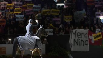 Steve Guerdat winkt ein letztes Mal im Sattel von Nino ins Publikum
