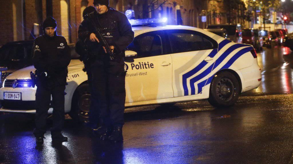Polizisten im Brüsseler Stadtteil Molenbeek, wo bei Razzien mehrere Terrorverdächtige festgenommen wurden. Belgien hat für Brüssel die höchste Terrorwarnstufe ausgerufen.