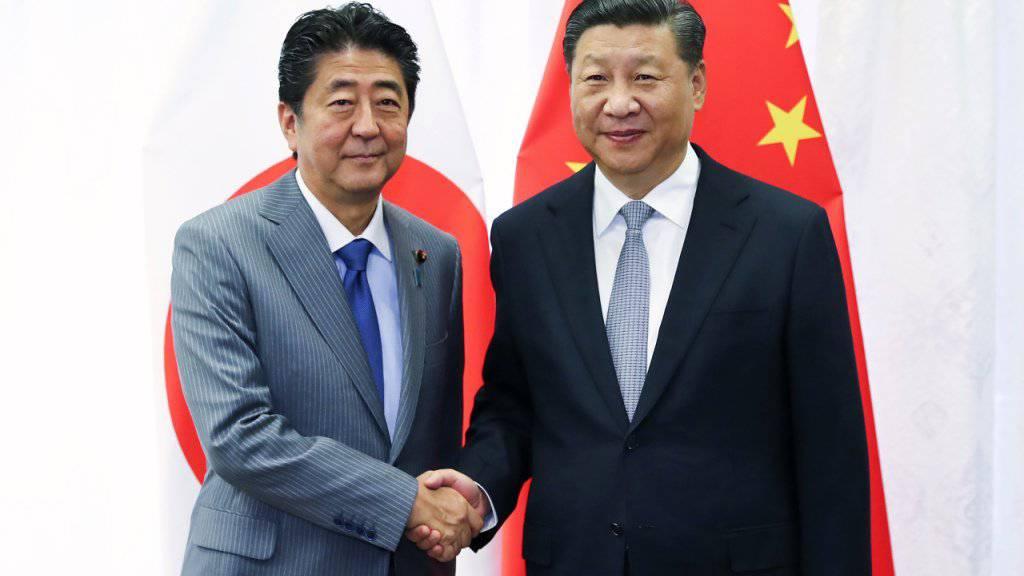 Japans Ministerpräsident Shinzo Abe (links) und Chinas Staats- und Parteichef Xi Jinping (rechts) kommen am Freitag erneut zusammen. (Archivbild)