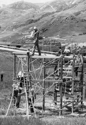 In den 1980er-Jahren realisierte der LCL einen Spielplatz im Urner Realp. Auf dem Gerüst: Gründungsmitglied Walter Wernli.