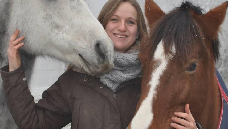 Natalie Miller mit ihren Pferden im Reitstall in Solothurn.