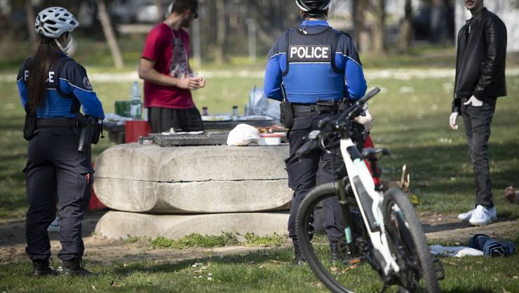 Wer zu sechst in einem Park grilliert, kann ab Samstag dafür gebüsst werden. Im Bild eine Kontrolle der Polizei in Lausanne.