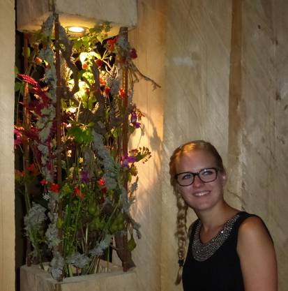 Nicole mit Blumenschmck