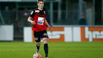 FCA-Innenverteidiger Marco Thaler führt den Ball mit viel Ruhe und Übersicht.freshfocus