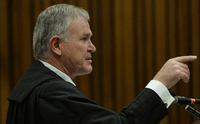 Pistorius' Verteidiger Barry Roux brachte die Polizei, welche bei Pistorius den Tatort sicherte, arg in Bedrängis.