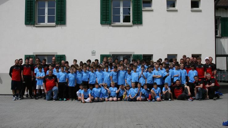 Die Lagerteilnehmer des FCOG-Trainingslagers in Stammheim vor der Unterkunft.