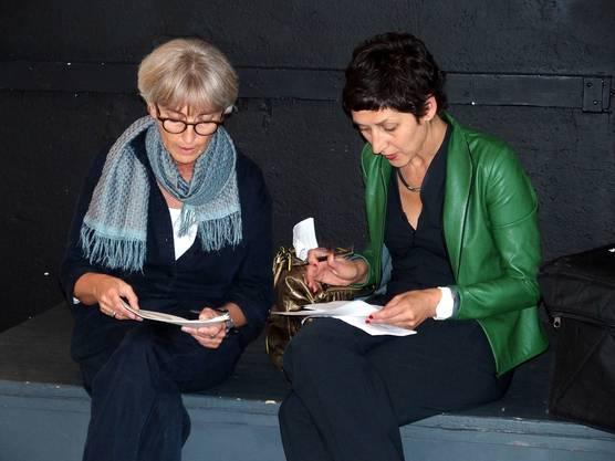 Barbara Zulauf vom Stanzerei-Team und Moderatorin Monika Schärer besprechen ihre Einsätze am Eröffnungsfest.