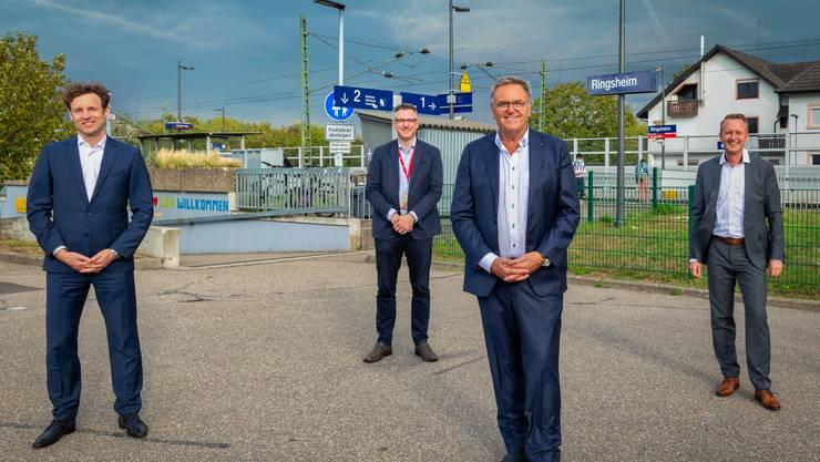 Roland Mack (2.v.r.) und Vertreter des süddeutschen Freizeitparks beim künftigen Bahnhof «Ringsheim/Europa-Park» bei Rust.