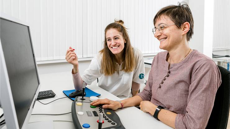 Erika De Candido (r.) trainiert mit einem speziellen Computer-Programm ihre kognitiven Fähigkeiten. Neuropsychologin Patrizia Dall'Acqua ist zufrieden mit den Fortschritten.