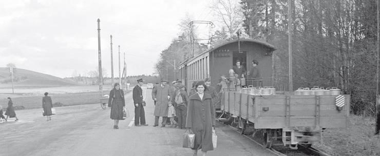 Ein Personenzug mit angehängtem Milchwagen, aufgenommen 1952 in Riedholz.