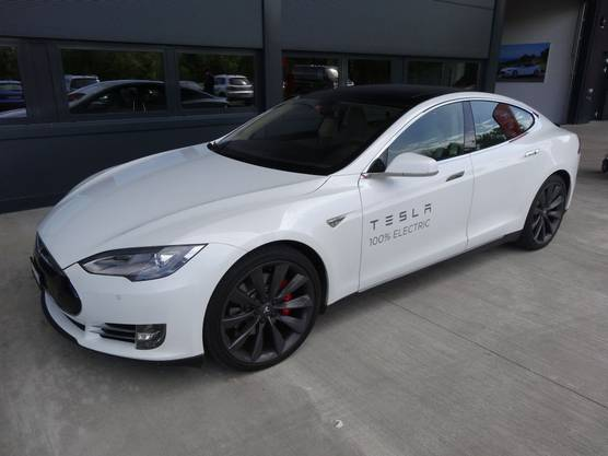 Ein Tesla S vor dem Service-Center in Möhlin