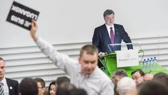 «Frieden! Freiheit! Anerkennung!»: Prorussische Parolen bei der Rede des ukrainischen Präsidenten Poroschenko an der Uni Zürich.