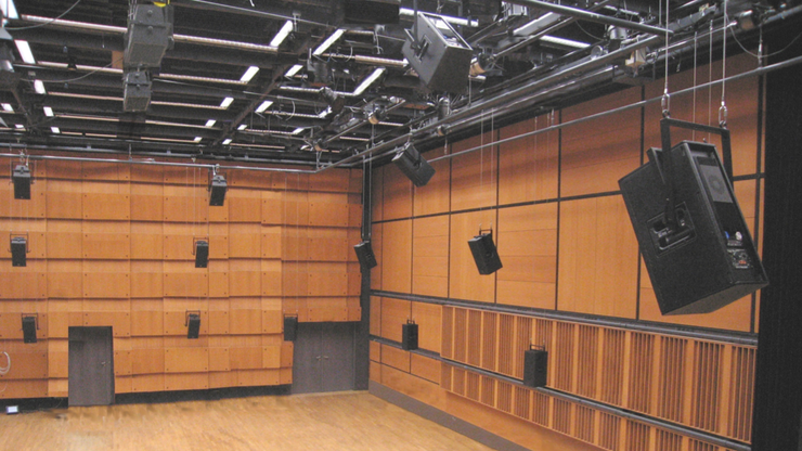 Das Zentrum für Kunst und Medien in Karlsruhemit seinem «Klangdom»ist ein Projektpartner derHochschule für Musik derFHNW. In diesem Konzertsaalsind 47 Lautsprecherso angeordnet, dass derRaumklang dreidimensionalwahrgenommen wird.