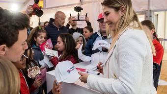 Autogramme und Selfies statt Tennis spielen: Belinda Bencic versucht das Beste, um den Fans in Lugano doch etwas bieten zu können