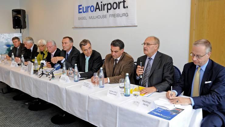 Jean-Pierre Lavielle, Präsident des Verwaltungsrats des EuroAirport (2. von re), erläutert die Vorteile eines Bahnanschlusses.