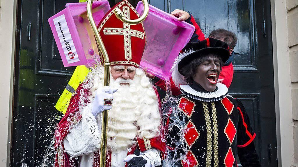 """Dem """"Zwarte Piet"""" (rechts) soll es an den Kragen gehen - UNO-Komitee fordert Abschaffung von niederländischer Tradition"""