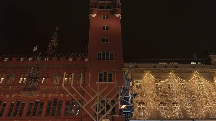 Der grosse Chanukka-Leuchter wird aufgebaut.