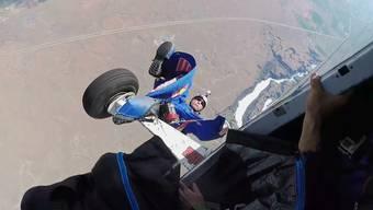 In diesem Moment geht es weder rauf noch runter: Miles Daisher hängt nach seinem missglückten Start kopfüber in der Luft.
