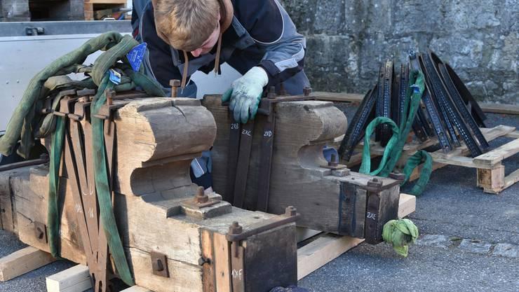 Mitarbeiter Tobias Koch bereitet Joche und Antriebsräder für den Abtransport vor.