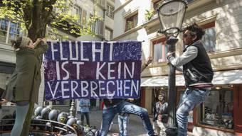 """""""Flucht ist kein Verbrechen"""": Demonstranten hängen in Luzern ein Transparent auf."""