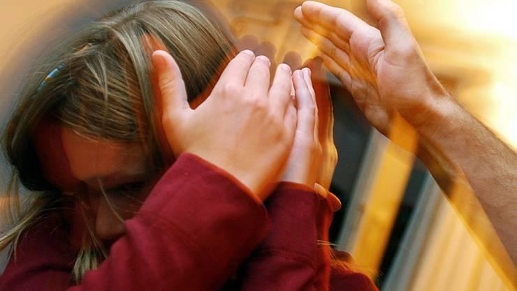 Nur wenn das Kindeswohl gemäss einer Checkliste gefährdet ist, soll eine Gefährdungsmeldung an die Behörden gemacht werden. Das empfiehlt die Anlaufstelle Kescha nach einer Auswertung von Kesb-Fällen. (Gestellte Aufnahme, Symbolbild)