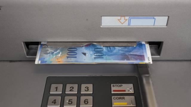 Bancomat mit 100-Franken-Noten (Archiv)