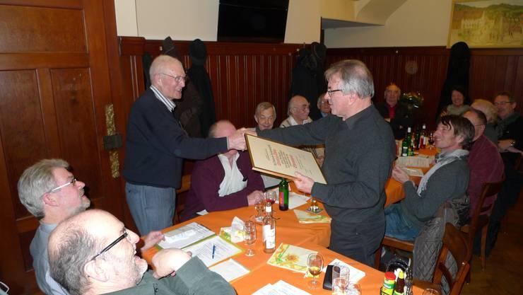 Präsident Ruedi Keller (l.) gratuliert dem neuen Ehrenmitglied Christian Thöny