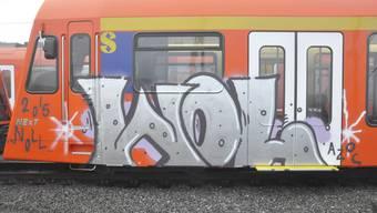 RBS-Zug beim Bahnhof Solothurn versprayt