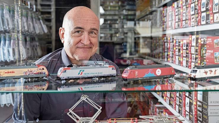 Rick Bucher am neuen Ort in Klingnau: Im alten Lokal in Stilli wurde es langsam zu eng für alle Modelleisenbahnen und Zubehör.