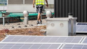 Die ersten Solarmodule sind bereits an Ort und Stelle.