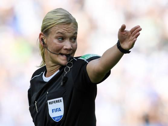 Bibiana Steinhaus bei ihrem Bundesliga-Debüt