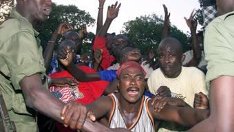 Bei einem Fussballspiel im Stadion der senegalesischen Hauptstadt Dakar gehen Fans aus beiden Teams aufeinander los. (Symbolbild)
