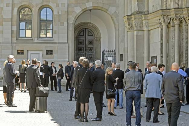 Trauergäste an der Trauerfeier im Zürcher Grossmuenster.