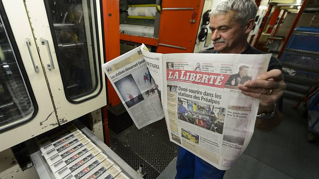 Ein Druckereiangestellter prüft 2014 Druck und Farbe der «La Liberté». (Archivbild)