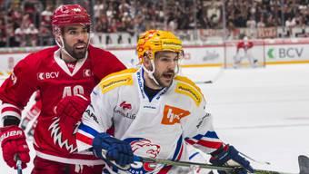 Zürichs PostFinance-Topskorer Garrett Roe (vorne) war auch im Spitzenspiel in Lausanne nicht zu stoppen (2 Tore und 1 Assist zum 3:1-Sieg)