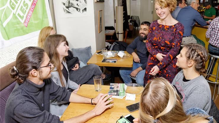 Irène Kälin (stehend) an der Wahlfeier mit Parteimitgliedern. Bilder: André Albrecht