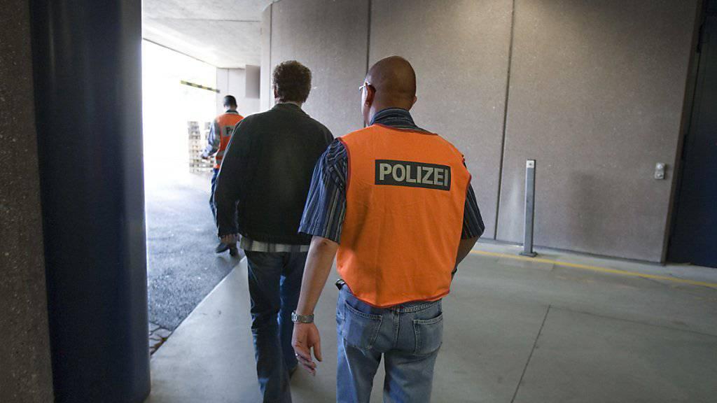 Ausschaffung eines Verurteilten am Flughafen Zürich: Dazu kommt es im Fall eines deutschen Schlägers nicht. Der Mann wehrte sich mit Verweis auf das Freizügigkeitsabkommens mit der EU erfolgreich gegen den Landesverweis. (Archivbild)