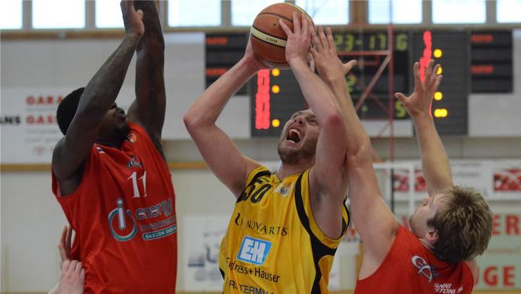 Starwings-Litauer Adomas Drungilas durchbricht die gegnerische Defense. Foto: Uwe Zinke