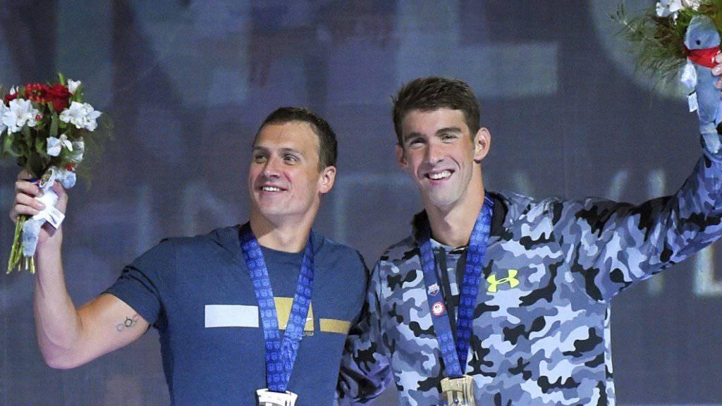 Siegerehrung: Michael Phelps (rechts) mit der Goldmedaille, Ryan Lochte (links) mit der Silbermedaille um den Hals